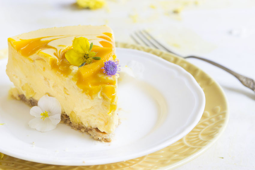 Mango Cheesecake - this refreshing summer dessert is packed with mangoes and doesn't require any baking. #hotchocolatehits #mango #nobake